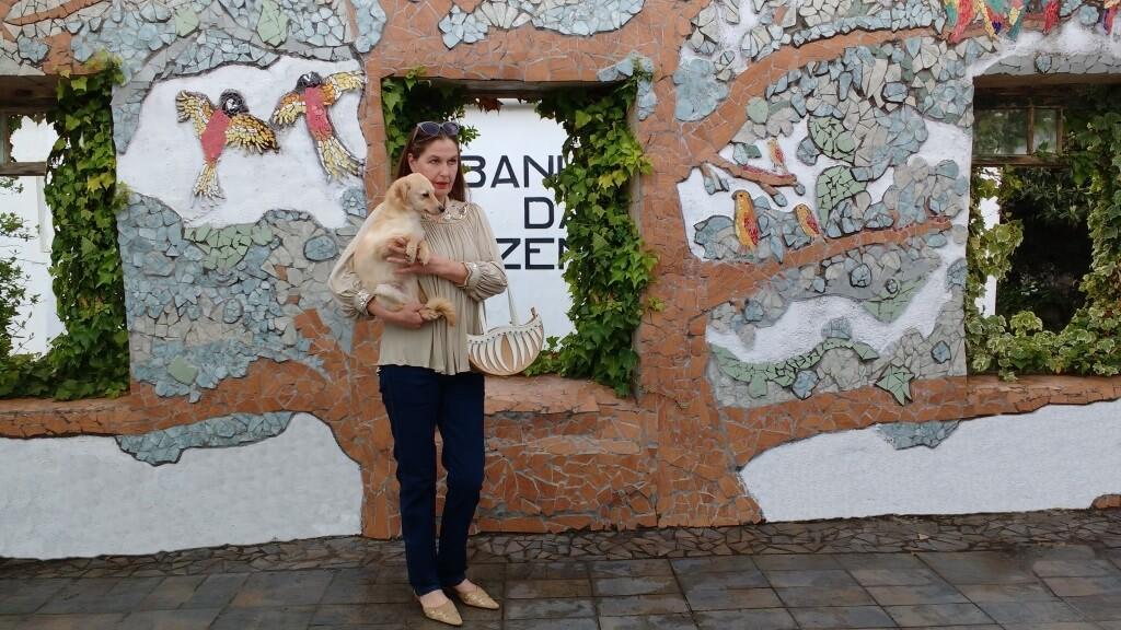 de eigenaar van de Termas-da-Azenha met een skinny jeans en een skinny dog