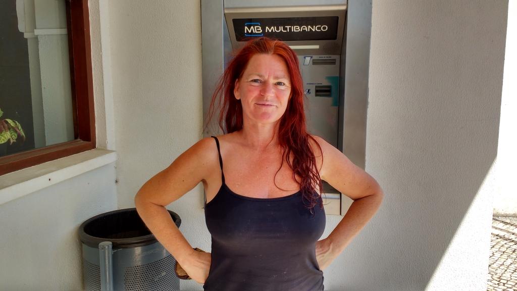 vrouw-bij-de-ATM-in-Alqueidao