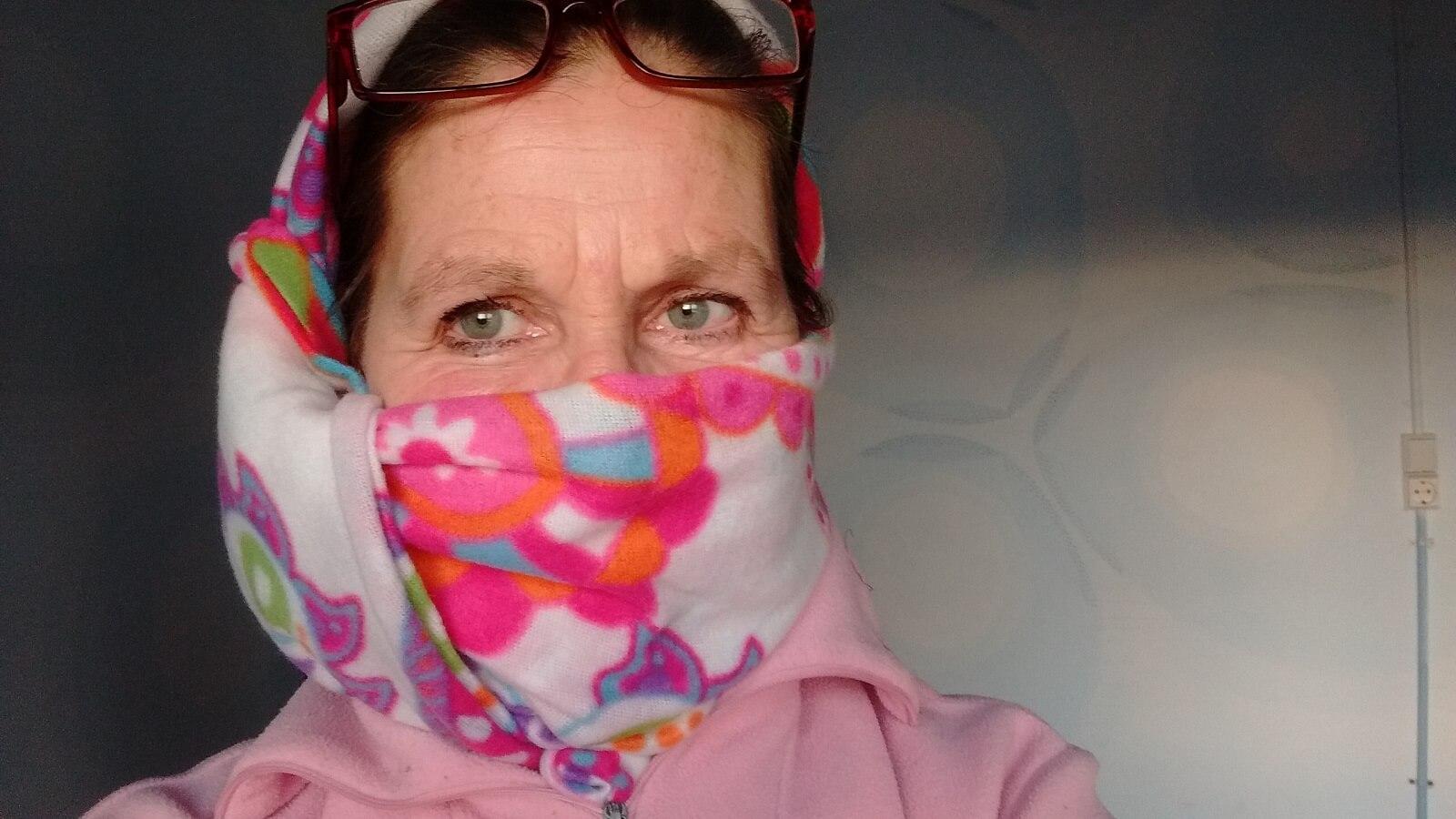 De eigenaar van Termas-da-Azenha met een hoofddoek om zich te beschermen tegen het coronavirus
