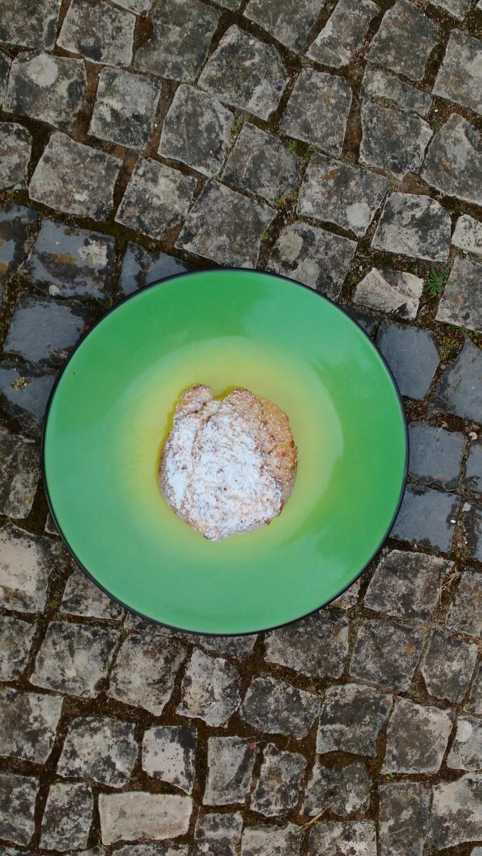 um-prato-verde-com-um-bolo-de-coco