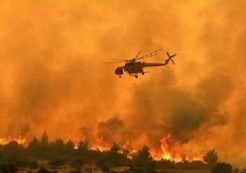 een-helikopter-boven-een-grote-bosbrand