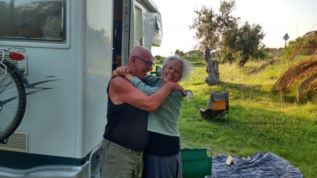 een-man-en-een-vrouw-voor-een-camper