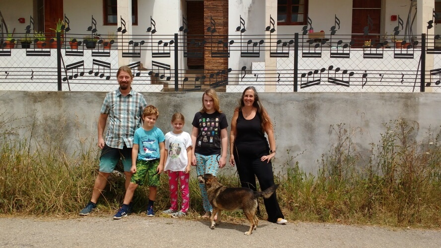 the whole family in front of Casa Palmeira