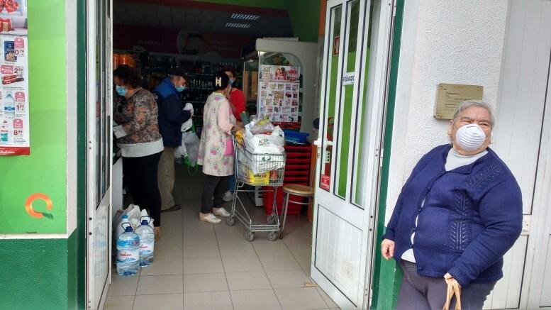 masked-people-waiting-for-the-supermarket-blog