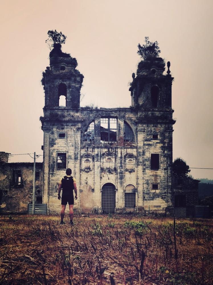 o fotografo ao pé de mosteiro de Seiça