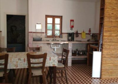 Table-and-kitchen-of-holidayhouse-Palmeira