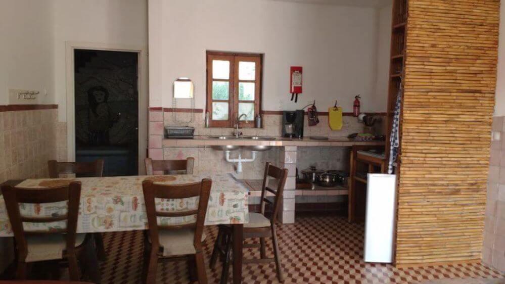 Casa-Palmeira-mesa-cozinha-e-entrada-da-casa-de-banho