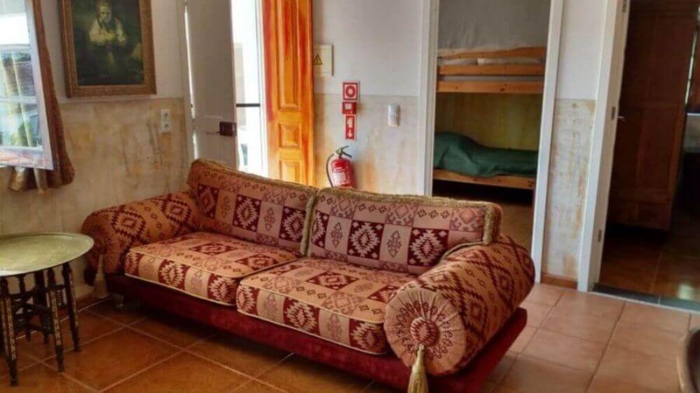 sofa-na-sala-de-casa-de-ferias-Oliveira