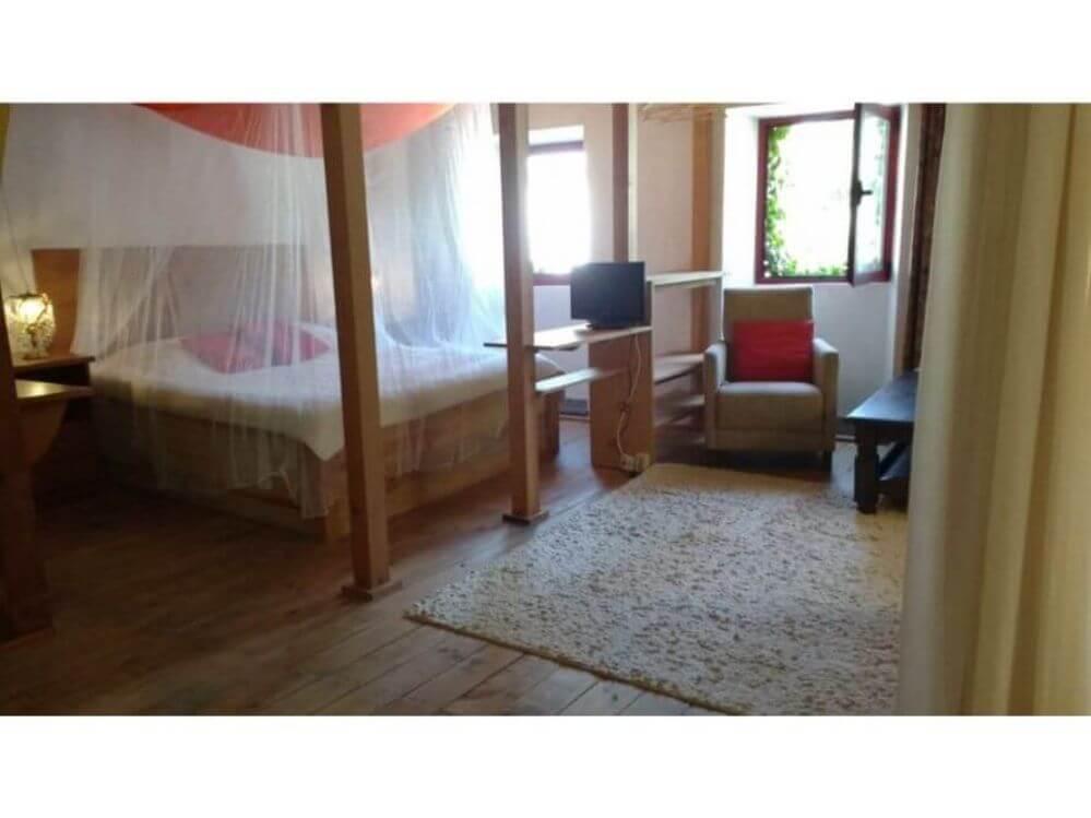 dubbelbed-met-klamboe-in-vakantiehuisje-OlifantHuis