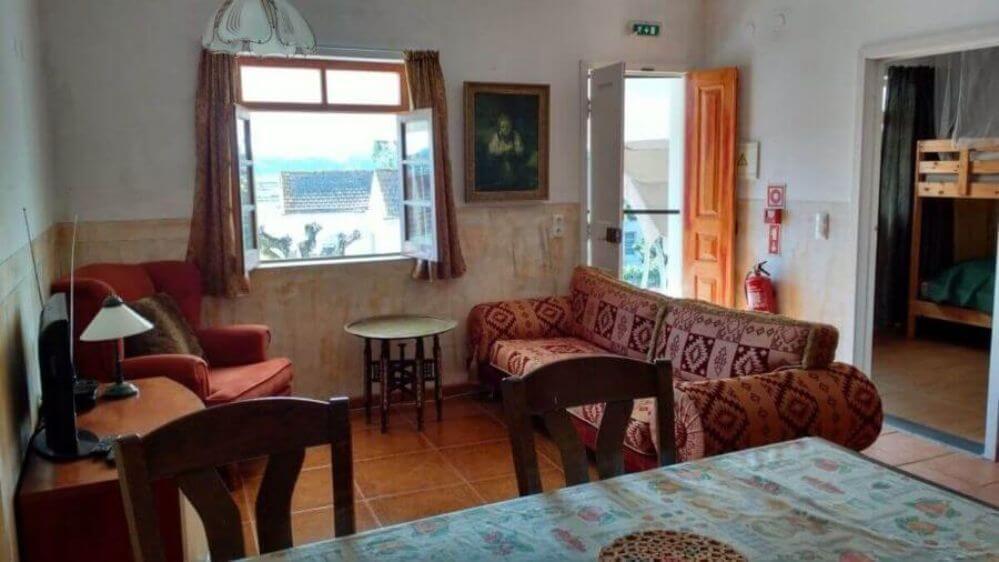 sofa-e-mesa-na-casa-de-ferias-Oliveira