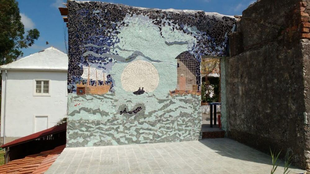 parede-com-mosaico-perto-da-piscina-1