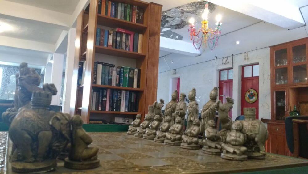 grote-zaal_schaakspel-en-boekentoren