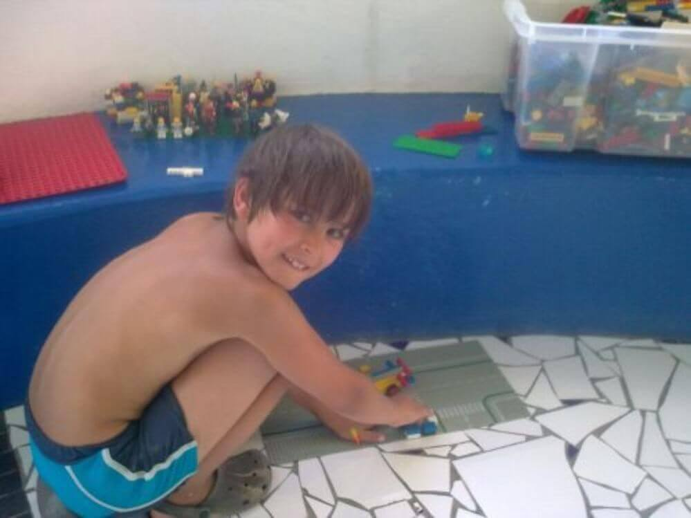 um-rapaz-brinca-com-Lego