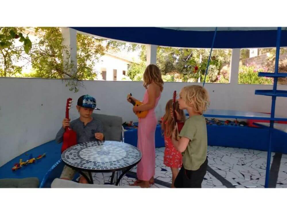 spelende-kinderen-in-het-paviljoentje