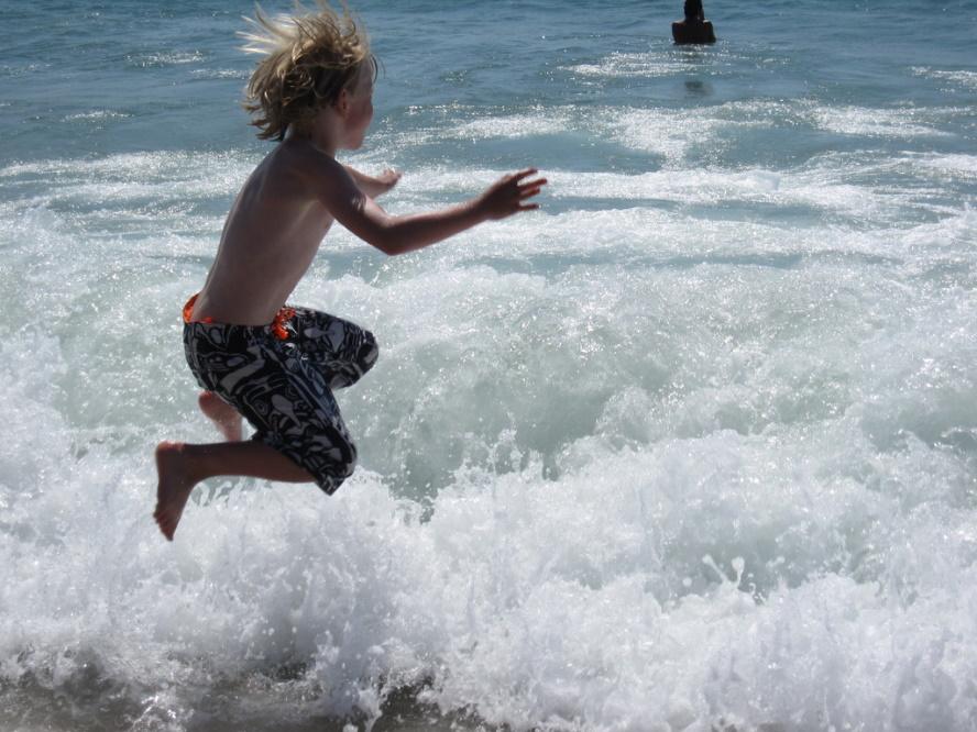 praia_um-menino-salta-nas-ondas
