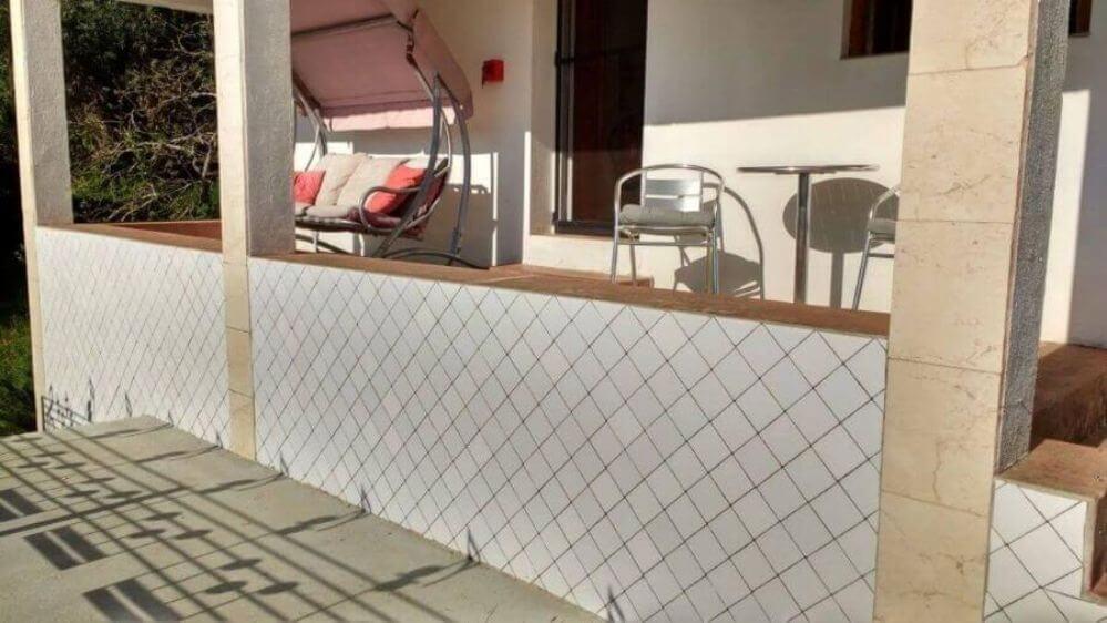 veranda-met-schommelbank-van-vakantiehuisje-Oliveira