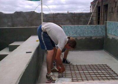 volunteers_making-an-iron-mat-for-the-poolfilter